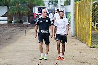 SANTOS, SP, 24.11.2015 - FUTEBOL-SANTOS - Dorival Junior e Geuvânio do Santos durante sessão de treinamento no Centro de Treinamento Rei Pelé terça-feira, 24. (Foto: Flavio Hopp / Brazil Photo Press)