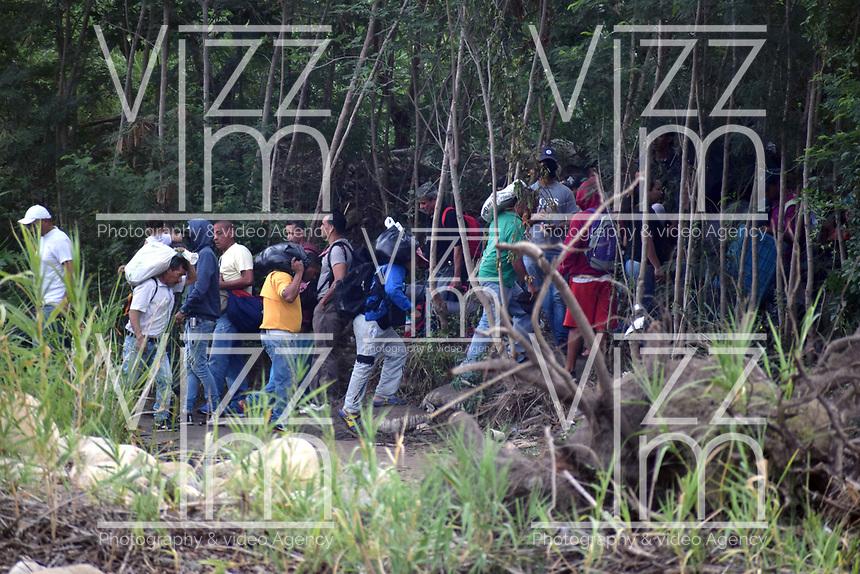 CUCUTA - COLOMBIA, 02-03-2019: Miembros de los colectivos civiles venezolanos (encapuchados), fieles al regimen Maduro, controlan el paso de personas por la trocha Manguitos allí cientos de Venezolanos tratan de pasar la frontera hoy, 2 de marzo de 2019, huyendo de las dificiles condiciones en su país en donde el regimen de Nicolás Maduro disputa el poder con Juan Guaidó, presidente interino de Venezuela y reconocido por parte de la comunidad internacional. / Members of the Venezuelan civil collectives (hooded), loyal to the Maduro regime, control the pass of people that try to cross the border by the step walk Manguitos today, March 02, 2019, to Colombia leaving the bad conditions of their country where the Maduro's regimen dispute the power with Juan Guaido interim president and recognized by many international comunity . Photo: VizzorImage / Manuel Hernandez / Cont