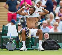 England, London, Juli 02, 2015, Tennis, Wimbledon, Dustin Brown (GER) changing his shirt in his match against Rafael Nadal (ESP)<br /> Photo: Tennisimages/Henk Koster