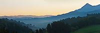 Europe/Espagne/Pays Basque/Guipuscoa/Goierri/Zerain: Le mont Txindoki et Les Pyrénées basques à l'aube
