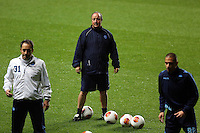 Napoli manager Rafa Benitez (C) during training