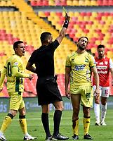BOGOTA - COLOMBIA, 14-02-2021: Luis Matorel, arbitro muestra tarjeta amarilla a Bruno Teliz de Atletico Bucaramanga, durante partido de la fecha 6 entre Independiente Santa Fe y Atletico Bucaramanga, por la Liga BetPlay DIMAYOR I 2021, en el estadio Nemesio Camacho El Campin de la ciudad de Bogota. / Luis Matorel, referee shows yellow card to Bruno Teliz of Atletico Bucaramanga, during a match of the 6th date between Independiente Santa Fe and Atletico Bucaramanga, for the BetPlay DIMAYOR I 2021 League at the Nemesio Camacho El Campin Stadium in Bogota city. / Photo: VizzorImage / Luis Ramirez / Staff.