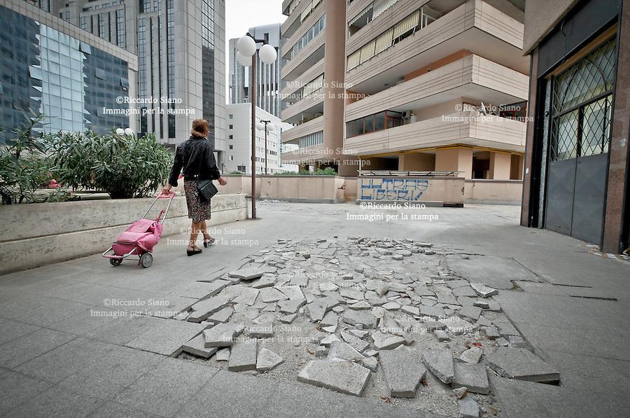 - NAPOLI 23 OTT 2014 -  Centro direzionale di Napoli pavimentazione  in frantumi alle isole G ed F.