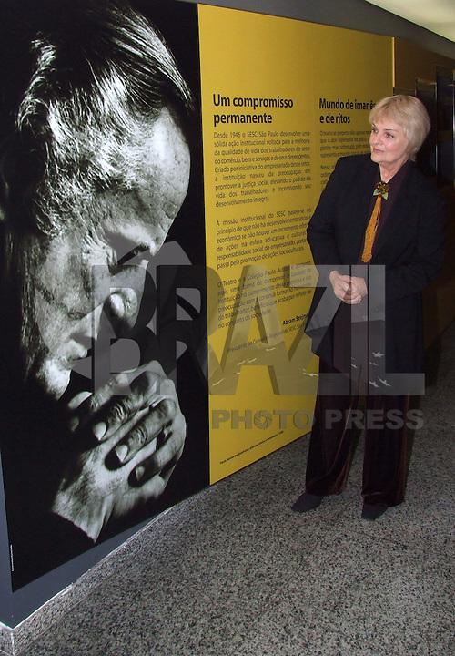 SÃO PAULO,SP,02 DE JULHO DE 2009 - INAUGURAÇÃO DO ACERVO DOADO POR KARIN RODRIGUES AO SESC SP - O SESC Pinheiros completa a homenagem ao ator Paulo Autran  (1922-2007),  iniciada em 2007, quando  o Teatro  do  SESC  Pinheiros  recebeu  o  nome  de Teatro  Paulo Autran,  em  reconhecimento  a  inestimável contribuição do  ator  às  artes  cênicas. Na foto a viúva do ator Paulo Autran, Karin Rodrigues no SESC Pinheiros na região oeste da capital paulista FOTO: WILLIAM VOLCOV / BRAZIL PHOTO PRESS