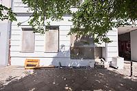 """Wohnhaus des schwedischen Immobilieninvestors """"Akelius GmbH"""" in der Reichenbergerstrasse 114 im Berliner Bezirk Kreuzberg.<br /> Die uebliche Geschaeftspraxis der Akelius GmbH ist, guenstig erworbene Immobilien schnellstmoeglich auf den selbst definierten """"Akelius First Class Standard"""" zu sanieren um danach die Mieten auf 15 bis 21 Euro pro Quadratmeter zu erhoehen.<br /> Die Akelius Fastigheter AB wurde 1994 vom Steuerexperten Roger Akelius gegruendet und besitzt ca. 45.000 Wohneinheiten in Schweden, England, Frankreich, Deutschland  und Kanada -  20.500 davon in Deutschland, in Berlin sind es etwa 12.000.<br /> Der Unternehmenschef Roger Akelius gibt sich als wohltaetiger Mensch, so unterstuetzt er ueber seine Stiftung in der Steueroase Zypern u.a. die S.O.S Kinderdoerfer.<br /> 17.7.2018, Berlin<br /> Copyright: Christian-Ditsch.de<br /> [Inhaltsveraendernde Manipulation des Fotos nur nach ausdruecklicher Genehmigung des Fotografen. Vereinbarungen ueber Abtretung von Persoenlichkeitsrechten/Model Release der abgebildeten Person/Personen liegen nicht vor. NO MODEL RELEASE! Nur fuer Redaktionelle Zwecke. Don't publish without copyright Christian-Ditsch.de, Veroeffentlichung nur mit Fotografennennung, sowie gegen Honorar, MwSt. und Beleg. Konto: I N G - D i B a, IBAN DE58500105175400192269, BIC INGDDEFFXXX, Kontakt: post@christian-ditsch.de<br /> Bei der Bearbeitung der Dateiinformationen darf die Urheberkennzeichnung in den EXIF- und  IPTC-Daten nicht entfernt werden, diese sind in digitalen Medien nach §95c UrhG rechtlich geschuetzt. Der Urhebervermerk wird gemaess §13 UrhG verlangt.]"""