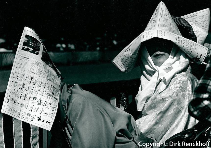 Zuschauerinnen bei Umzug in Kyoto, Japan