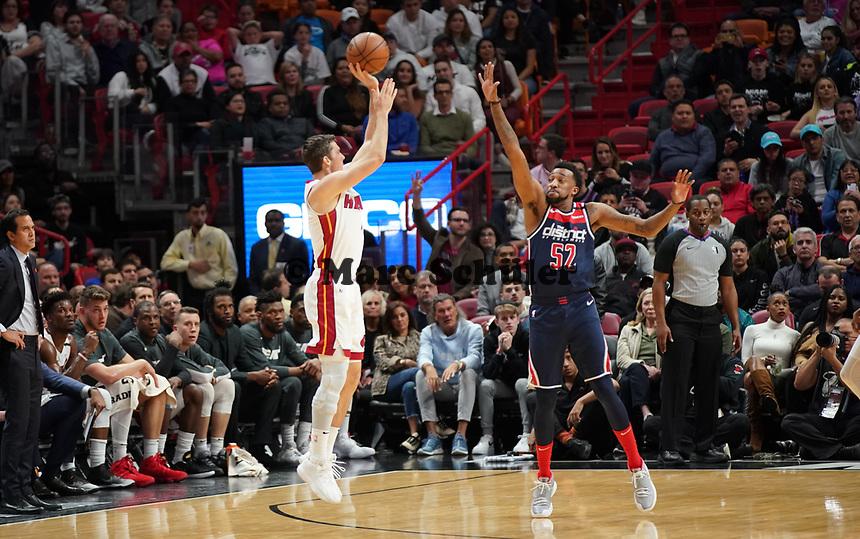 Tyler Herro (G Miami Heat, #14) gegen Jordan McRae (G, Washington Wizards, #52) - 22.01.2020: Miami Heat vs. Washington Wizards, American Airlines Arena