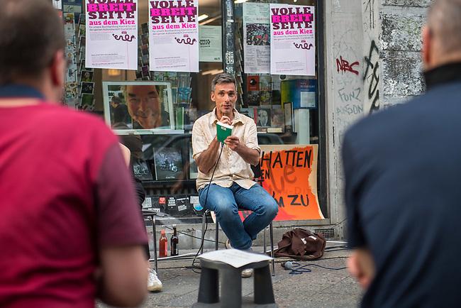 """Die Buchhandlung Kisch & Co in Berlin-Kreuzberg soll nach 23 Jahren schliessen.<br /> Der Luxemburger Fonds """"Victoria Immo Properties V S.a.r.l."""" der TetraPak Milliardenerbinnen Rausing hatte 2017 das Haus in der Oranienstrasse 25 gekauft und zwei Jahre spaeter den Mietern Mieterhoehungen angekuendigt, die fuer diese nicht bezahlbar sind. So muessen neben der alteingesessenen Buchhandlung auch ein Museum, die neue Gesellschaft fuer bildende Kunst e.V. mit ihrer Galerie, das Werkbundarchiv, ein Architekturbuero und ein Jogastudio ihre Raeumlichkeiten verlassen.<br /> Im Bild: Der Autor Raul Zelik las am Mittwoch den 24. Juni 2020 im Rahmen einer Protestkundgebung vor dem Buchladen aus seinem neuen Buch """"Wir Untoten des Kapitals"""".<br /> 24.6.2020, Berlin<br /> Copyright: Christian-Ditsch.de<br /> NUR FUER REDAKTIONELLE ZWECKE! Werbung nur auf Anfrage beim Fotografen. [Inhaltsveraendernde Manipulation des Fotos nur nach ausdruecklicher Genehmigung des Fotografen. Vereinbarungen ueber Abtretung von Persoenlichkeitsrechten/Model Release der abgebildeten Person/Personen liegen nicht vor. NO MODEL RELEASE! Don't publish without copyright Christian-Ditsch.de, Veroeffentlichung nur mit Fotografennennung, sowie gegen Honorar, MwSt. und Beleg. Konto: I N G - D i B a, IBAN DE58500105175400192269, BIC INGDDEFFXXX, Kontakt: post@christian-ditsch.de<br /> Bei der Bearbeitung der Dateiinformationen darf die Urheberkennzeichnung in den EXIF- und  IPTC-Daten nicht entfernt werden, diese sind in digitalen Medien nach §95c UrhG rechtlich geschuetzt. Der Urhebervermerk wird gemaess §13 UrhG verlangt.]"""