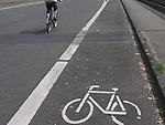 Europa, DEU, Deutschland, Fahrradweg, Fahrbahnmarkierung, Symbol Fahrrad, Kategorien und Themen, Verkehr, Strassenverkehr, Strasse, Verkehrsregelung, Regelung, Regeln, Gebote, Verkehrsgebote, Schilder, Symbole, Symbolik, Symbolssprache, Symbolfoto, Symbolfotografie, Symbolbild, Zeichen, Symbolzeichen......[Fuer die Nutzung gelten die jeweils gueltigen Allgemeinen Liefer-und Geschaeftsbedingungen. Nutzung nur gegen Verwendungsmeldung und Nachweis. Download der AGB unter http://www.image-box.com oder werden auf Anfrage zugesendet. Freigabe ist vorher erforderlich. Jede Nutzung des Fotos ist honorarpflichtig gemaess derzeit gueltiger MFM Liste - Kontakt, Uwe Schmid-Fotografie, Duisburg, Tel. (+49).2065.677997, fotofinder@image-box.com, www.image-box.com]