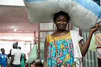 TOGO, Lome, Zentrum DZIDUDU der Organisation BNCE (Bureau National Catholique de l'Enfance) zur Betreuung von Lastentraegerinnen und Marktfrauen und deren Kindern, auf dem Grossen Markt, Traegerin Angele AKOEDJESSO