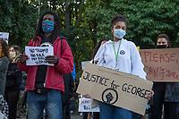 """Nach dem rassistischen Mord durch den Polizeibeamten Derek Chauvin an dem Afroamerikaner George Floyd in Minneapolis am 25. Mai 2020, versammelten sich am Samstag den 30. Mai 2020 ca. 2.000 Menschen vor der US-Botschaft in Berlin.<br /> Sie hielten Schilder auf denen u.a. """"Black Lives Matter"""", """"I can't breath"""", """"Rassismus toetet"""", Justice for George Floyd"""" und """"No Justice - No Peace"""" stand.<br /> Der Polizeibeamten Derek Chauvin hatte sich am 25. Mai nach einer Festnahme ueber acht Minuten lang auf den Hals von George Floyds gekniet, waehrend der gefesselt am Boden lag. Floyd erstickte. In mehreren Staedten in den USA kam es daraufhin zu heftigen Protesten.<br /> Aufgerufen zu der Kundgebung vor der US-Botschaft hatten die Organisationen """"Kein Generalverdacht"""" und """"ISD Berlin - Initiative Schwarze Menschen in Deutschland"""".<br /> 30.5.2020, Berlin<br /> Copyright: Christian-Ditsch.de<br /> [NUR FUER REDAKTIONELLE ZWECKE! Werbung nur auf Anfrage beim Fotografen. Inhaltsveraendernde Manipulation des Fotos nur nach ausdruecklicher Genehmigung des Fotografen. Vereinbarungen ueber Abtretung von Persoenlichkeitsrechten/Model Release der abgebildeten Person/Personen liegen nicht vor. NO MODEL RELEASE! Don't publish without copyright Christian-Ditsch.de, Veroeffentlichung nur mit Fotografennennung, sowie gegen Honorar, MwSt. und Beleg. Konto: I N G - D i B a, IBAN DE58500105175400192269, BIC INGDDEFFXXX, Kontakt: post@christian-ditsch.de<br /> Bei der Bearbeitung der Dateiinformationen darf die Urheberkennzeichnung in den EXIF- und  IPTC-Daten nicht entfernt werden, diese sind in digitalen Medien nach §95c UrhG rechtlich geschuetzt. Der Urhebervermerk wird gemaess §13 UrhG verlangt.]"""
