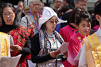 Nederland - Amsterdam - 2019. Boeddhadag in de Nieuwmarktbuurt in Amsterdam. Viering van de geboorte van Boeddha. Ceremonie op de Nieuwmarkt. Vrouw in Volendammer klederdracht.    Foto mag niet in negatieve / schadelijke context gepubliceerd worden.  Foto Berlinda van Dam / Hollandse Hoogte