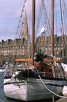 Europe/France/Bretagne/35/Ille-et-Vilaine/Saint-Malo: Voiliers au bassin Dugay-Trouin & les remparts de la Ville Close