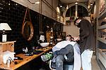 Emergenza Coronavirius Lombardia Zona Rossa un barbiere lavora nella sua bottega cronaca Milano 06/11/2020 Coronavirus Emergency  a barber works in his shop chronicle Milan 06/11/2020