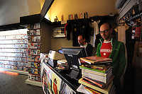 Videoteca cinema d'autore e rarità e libreria cinematografica.Video store of auteur cinema and rarity, film library...