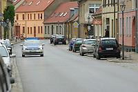 Am Montag den 13. Mai 2013 wurden drei polnische Saisonarbeiter in Kremmener Ortsteil Staffelde von Einwohnern als vermeintliche Einbrecher verfolgt, geschlagen, gefesselt und verschleppt. Auch nach dem die Frau dem Einbruchhaus den Verfolgern mitteilte, dass die Vertragsarbeiter nicht die Einbrecher seien, liessen die Maenner nicht von ihren Opfern ab. Der Buergermeister der Gemeinde Kremmen und die Stadtverordneten verurteilten den Angriff auf die Polen als rassistische Tat.<br />Am Dienstag den 21. Mai 2013 kamen Mitglieder antirassistischer Gruppen und Fluechtlinge aus Berlin nach Kremmen um mit einer Kundgebung ihren Unmut ueber diese rassistische Tat zum Ausdruck zu bringen.<br />Im Bild: Strassenszene in Kremmen.<br />21.5.2013, Kremmen<br />Copyright: Christian-Ditsch.de<br />[Inhaltsveraendernde Manipulation des Fotos nur nach ausdruecklicher Genehmigung des Fotografen. Vereinbarungen ueber Abtretung von Persoenlichkeitsrechten/Model Release der abgebildeten Person/Personen liegen nicht vor. NO MODEL RELEASE! Don't publish without copyright Christian-Ditsch.de, Veroeffentlichung nur mit Fotografennennung, sowie gegen Honorar, MwSt. und Beleg. Konto:, I N G - D i B a, IBAN DE58500105175400192269, BIC INGDDEFFXXX, Kontakt: post@christian-ditsch.de<br />Urhebervermerk wird gemaess Paragraph 13 UHG verlangt.]