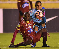 LA PAZ - BOLIVIA, 01-06-2017: Leonel Justiniano (Der) jugador de Bolívar de Bolivia disputa el balón con Luis Paz (Izq) jugador del Deportes Tolima de Colombia durante partido de la primera fase, llave 16 de la Copa Conmebol Sudamericana 2017 jugado en el estadio Hernando Siles de la ciudad de La Paz, Bolivia. / Leonel Justiniano (R) player of  Bolivar de Bolivia vies for the ball with Luis Paz (L) player of Deportes Tolima of Colombia during match for the first phase, Kye 16, of the Conmebol Sudamericana Cup 2017 played at Hernando Siles stadium in La Paz, Bolivia. Photo: VizzorImage / Daniel Miranda / APG Noticias / Cont