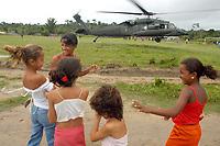 -Investigação assassinato- IRMÃ DOROTHY-<br />Policiais militares do COE comeando de operações Especiais do Pará e policiais civis saem para fazer sobrevôo na área onde se suspeita estarem os pistoleiros que mataram irmã Dorothy.<br />Crianças assistem a subida do helicóptero Black Howk(???)<br />Com um contingente de 110 homens militares do exército começam a chegar ao município de Anapú, onde estarão disponíveis 3 helicópteros para as operaçoes.<br /><br />A missionária americana irmã Dorothy Stang, da congregação das irmãs de Notre Dame, 73 anos, 28 dos quais na Amazônia, trabalhando com pequenos agricultores pela reforma agrária, foi assassinada brutalmente as 7: 30 de 12/02/2005 quando saia de uma casa no assentamento feito pelo Incra conhecido no projeto Projeto de Desenvolvimento Sustentável  Esperança. <br />Anapú, Pará, Brasil<br />17/02/2005<br />Foto Paulo Santos/Interfoto