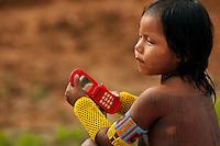 XI Jogos indígenas.<br /> Crianças Kaiapó brincam durante o intervalo dos jogos <br /> Porto Nacional, Tocantins, Brasil.<br /> Foto Paulo Santos.<br /> 07/11/2011.