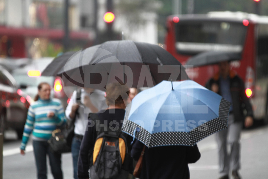SÃO PAULO, SP - 24.09.2013: CLIMA TEMPO SP -  A Av Paulista região central de São Paulo amanhece com garoa e termometros marcando 19º nesta terça-feira (24). (Foto: Marcelo Brammer/Brazil Photo Press)