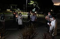 """Campinas (SP), 30/03/2021 - Oração/Hospital - Os profissionais de saúde do Hospital PUC-Campinas rezam, na noite desta terça-feira (30), em frente ao ambulatório do SUS (área externa) o Terço Luminoso pela saúde dos pacientes, familiares e pelos próprios profissionais, neste momento da pandemia. """"Estamos nos unindo em oração e fé pela vida de todos """", ressalta o superintendente do Hospital, Antônio Celso de Moraes. <br /> <br /> Esteve presente o Arcebispo Metropolitano de Campinas, Dom João Inácio Müller."""