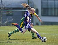 RSC Anderlecht Dames - ADO Den Haag : Tessa Wullaert aan de bal voor Michelle Vrieling .foto DAVID CATRY / Nikonpro.be