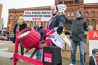 """Mieterinitiativen protestierten am Montag den 11. Januar 2021 vor dem Roten Rathaus  gegen Personalentscheidung der Berliner SPD-Spitze Volker Haertig zum zweiten Vorstand der """"Wohnraumversorgung Berlin"""" (WVB) zu machen. Finanzsenator  Matthias Kollatz (SPD) hatte seinen umstrittenen Parteifreund fuer diesen Posten vorgeschlagen. Linke und Gruene lehnen Haertig geschlossen ab, da er seit Jahren fuer eine Politik bekannt ist, die eine Beteiligung von Mietern an Entscheidungen ausschliesst - zB. beim Volksbegehren Mietenentscheid welches zum Mietendeckel fuehrte. Zudem hatte Haertig sich an einer Unterschriftenaktion gegen die ehemalige Wohnungs- und Bausenatorin Lompscher (Linkspartei) beteiligt.<br /> Die Mieterinitiativen kritisieren zudem, dass die Wohnungsbaupolitik der SPD und Haertigs hauptsaechlich auf Rendite und nicht an dem Bedarf der Mieter orientiert sei.<br /> 11.1.2021, Berlin<br /> Copyright: Christian-Ditsch.de"""