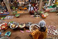 BURKINA FASO, Po, market with local agricultural products /<br /> Markt mit lokalen Nahrungsmitteln