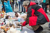 """Mit Plueschtieren als Symbol fuer eine angebliche """"pysiche und psychische Schaedigung unsere Kinder durch die Corona-Maßnahmen"""" protestierten Corona-Leugner und Impfgegner unter dem Motto """"Haende weg von unseren Kinder"""" am Montag den 19. Oktober 2020 in Berlin. Dabei wurden Schilder mit der Aufschrift """"Ihr seid Verbrecher, Finger weg von unseren Kindern"""", """"Nur die Coronaregeln machen unsere Kinder krank"""" und """"Maske ist Folter"""" gehalten. Manche der Kuscheltiere hatten eine Maske mit dem Spruch """"I can't breath"""" der antirassistischen Blick Lives Matter-Bewegung um.<br /> Im Bild: Eine Kundgebungsteilnehmerin steckt ein Schild mit der Aufschrift """"Ich will atmen! reden Freiheit!"""" an ein Kuscheltier.<br /> 19.10.2020, Berlin<br /> Copyright: Christian-Ditsch.de"""