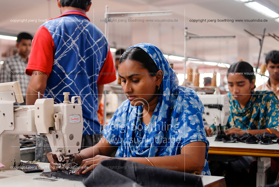 BANGLADESH , textile industry in Dhaka , Beximco textile factory produce Jeans for export for western discounter, department for sewing and confection / BANGLADESCH, Dhaka , Beximco Textilfabrik produziert Jeans fuer den Export fuer westliche Modefirmen und Textildiscounter, Abteilung fuer Konfektion