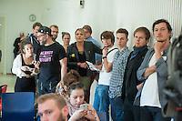 Ca. 50 Fluechtlinge und Unterstuetzer haben am Mittwoch den 17. September 2014 die Parteizentrale von Buendnis 90/Die Gruenen in Berlin besetzt. Sie forderten, dass die Vertreter von Gruenen Landesregierungen am Freitag den 19. September 2014 in der Sitzung des Bundesrates gegen die weitere Verschaerfung des Asylrechts stimmen. Die Verschaerfung wuerde nach Aussagen von Besetzern auf einer kurzfristig einberufenen Pressekonferenz, die faktische Abschaffung des Asylrechts bedeuten.<br /> Die Mitarbeiter und die Parteifuehrung solidarisierten sich mit dem Anliegen der Besetzer, wollten aber keine Zusage ueber das Abstimmungsverhalten im Bundesrat machen. Die Polizei wurde von den Hausherren nicht an das Gebaeude gelassen und auch eine Raeumung durch die Polzei wurde abgelehnt. Die Polizei hielt sich daraufhin zurueck.<br /> Die Parteichefin Simone Peters (im Bild 5.vr.) lud die Besetzer nach deren Pressekonferenz zu einem Gespraech und diskutierte mit ihnen.<br /> 17.9.2014, Berlin<br /> Copyright: Christian-Ditsch.de<br /> [Inhaltsveraendernde Manipulation des Fotos nur nach ausdruecklicher Genehmigung des Fotografen. Vereinbarungen ueber Abtretung von Persoenlichkeitsrechten/Model Release der abgebildeten Person/Personen liegen nicht vor. NO MODEL RELEASE! Don't publish without copyright Christian-Ditsch.de, Veroeffentlichung nur mit Fotografennennung, sowie gegen Honorar, MwSt. und Beleg. Konto: I N G - D i B a, IBAN DE58500105175400192269, BIC INGDDEFFXXX, Kontakt: post@christian-ditsch.de<br /> Urhebervermerk wird gemaess Paragraph 13 UHG verlangt.]