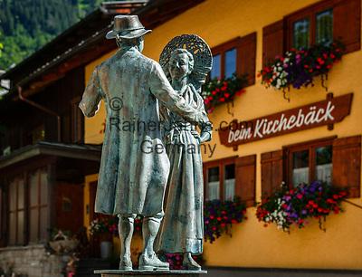 Deutschland, Bayern, Schwaben, Oberallgaeu, Bad Hindelang im Ostrachtal: Brunnenfigur in der Marktstrasse im Ortszentrum | Germany, Bavaria, Swabia, Upper Allgaeu, resort Bad Hindelang in Ostrach Valley: fountain statue in village centre