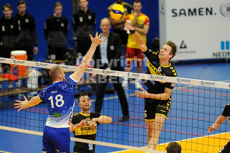 24-04-2021: Volleybal: Amysoft Lycurgus v Draisma Dynamo: Groningen Dynamo speler Nico Manenschijn in duel met Lycurgus speler Dennis Borst
