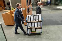 In einer nichtoeffentlichen Sondersitzung des Bundestagsausschuss fuer Verkehr und digitale Infrastruktur, am Mittwoch den 24. Juli 2019, berichtete Bundesverkehrsminister Andreas Scheuer (CSU) dem Ausschuss ueber Vertragsinhalte und moegliche Schadensersatzansprueche im Hinblick auf Kuendigungen von Vertraegen zur Infrastrukturabgabe (MAUT) in Folge des Urteils des Europaeischen Gerichtshofs (EuGH). Das Verkehrsministerium hatte, noch bevor die Einfuehrung der MAUT rechtsgueltig haette werden koenne, millionenschwere Vertraege mit Firmen abgeschlossen.<br /> Im Bild: Ein Mitarbeiter des Ministers mit einem Rollwagen, auf dem Aktenordner mit den Vertraegen sind.  <br /> 24.7.2019, Berlin<br /> Copyright: Christian-Ditsch.de<br /> [Inhaltsveraendernde Manipulation des Fotos nur nach ausdruecklicher Genehmigung des Fotografen. Vereinbarungen ueber Abtretung von Persoenlichkeitsrechten/Model Release der abgebildeten Person/Personen liegen nicht vor. NO MODEL RELEASE! Nur fuer Redaktionelle Zwecke. Don't publish without copyright Christian-Ditsch.de, Veroeffentlichung nur mit Fotografennennung, sowie gegen Honorar, MwSt. und Beleg. Konto: I N G - D i B a, IBAN DE58500105175400192269, BIC INGDDEFFXXX, Kontakt: post@christian-ditsch.de<br /> Bei der Bearbeitung der Dateiinformationen darf die Urheberkennzeichnung in den EXIF- und  IPTC-Daten nicht entfernt werden, diese sind in digitalen Medien nach §95c UrhG rechtlich geschuetzt. Der Urhebervermerk wird gemaess §13 UrhG verlangt.]