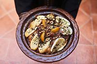 Afrique/Afrique du Nord/Maroc/Province d'Agadir/Tighanimine Elbaz: Ecolodge Atlas Kasbah -  Service du  tajine de poulet aux  pommes de terre et oignons