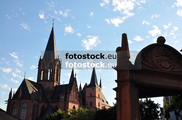 Katharinenkirche Oppenheim, bedeutendste gotische Kirche am Rhein zwischen Köln und Straßburg<br /> im Vordergrund Ritterbrunnen, auch Geschlechterbrunnen, Renaissance-Ziehbrunnen über Freitreppe (16. Jh./17. Jh.)