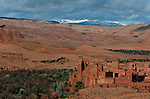 Kasbah de Tamdaght, ancienne propriété du Glaoui coiffée de nids de cigognes Grand sud marocain. Maroc