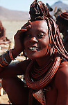Femme Himba   dans le village de Otjivahurua (très loin en langage himba) à 100 km d'Opuwo; Kaokoland. Namibie. Afrique.Namibia; Africa