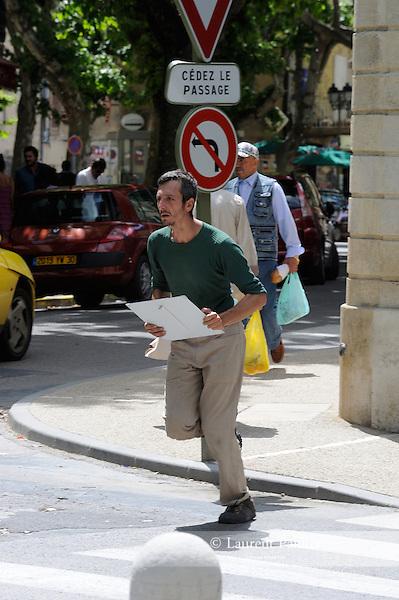 Festival Uzes Danse 2010<br /> MON NOM<br /> Une place pour Monument aux morts<br /> Laurent Pichaud - X-SUD<br /> Avec : Carole Perdereau, Cedric Torne, Julien Quartier, Laurent Pichaud, Sabine Macher, Thomas Bernardet, Yannick Guédon<br /> <br /> Le 13/06/2010<br /> creation in situ<br /> Uzes<br /> © Laurent Paillier / photosdedanse.com<br /> All rights reserved