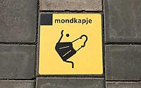 Nederland  Alkmaar- September 2020 .  Station. Tegel met mondkapje.  Foto : ANP/ Hollandse Hoogte / Berlinda van Dam