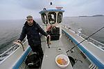 Foto: VidiPhoto..Een sportvisser vangt kabeljauw.