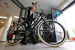 Foto: VidiPhoto<br /> <br /> DEN HAAG – Net als in de film... Acteertalent Liz Vergeer werd zaterdag op haar veertiende verjaardag door ouders en fietsfabrikant Batavus verrast met dezelfde fiets als waar ze in haar laatste film -Engel- op fietst. Met een smoes werd Liz zaterdag door haar ouders naar fietswinkel Bike Extra in Den Haag gelokt, waar een vrijwel exacte kopie van de Batavus uit de film op haar stond te wachten. Alleen was de kleur niet rood, maar zwart. Liz Vergeer, die na rollen in films als Bumper Kleef, Kees Mees in de Wolken en Bankier van het Verzet nu een eigen film heeft, probeerde haar nieuwe vervoermiddel direct uit.