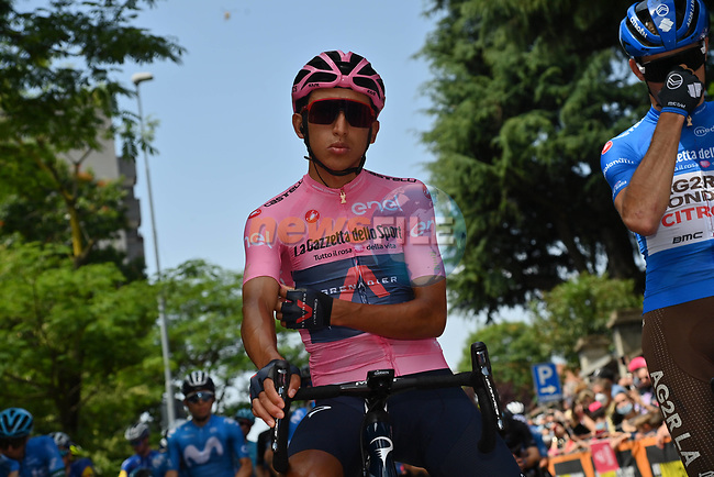 Maglia Rosa Egan Bernal (COL) Ineos Grenadiers lines up for the start of Stage 19 of the 2021 Giro d'Italia, running 176km from Abbiategrasso to Alpe Di Mera (Valsesia), Italy. 28th May 2021.  <br /> Picture: LaPresse/Gian Mattia D'Alberto | Cyclefile<br /> <br /> All photos usage must carry mandatory copyright credit (© Cyclefile | LaPresse/Gian Mattia D'Alberto)