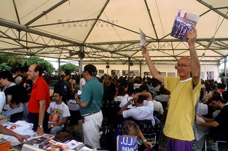 "genova luglio 2001, proteste contro il g8. social forum. la rivista ""carta"" --- genoa july 2001, protests against g8 summit. social forum. ""carta"" magazine"