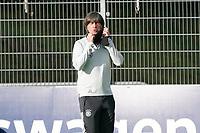 Bundestrainer Joachim Loew (Deutschland Germany) nimmt die Mund-Nasen-Schutzmaske ab und zieht den Schal hoch - 31.08.2020: Erstes Training der Deutschen Nationalmannschaft vor dem Nations League gegen Spanien, ADM Sportpark Stuttgart