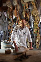 Europe/France/Aquitaine/64/Pyrénées-Atlantiques/Pays-Basque/Hasparren: Dans son séchoir à jambons, Eric Ospital surveille l'affinage de ses jambons de Bayonne et Ibaiona