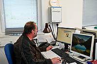 GERMANY, Echem, smart dairy cow milk farm, digitalization of agriculture / DEUTSCHLAND, Landwirtschaftlichen Bildungszentrum (EBZ) in Echem, Digitalisierung im Kuhstall und Melkstand, Datenverarbeitung mit Computer und tablet, Reinhold Koch, Ausbildungsleiter und verantwortlicher Herdenmanager