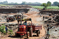 INDIA, Jharkand, Chaibasa, illegal stone quarry on tribal land, Adivasi villages and lands are threatened by mining and industrial projects, illegal land grabbing, displacement and resettlement are threatened / INDIEN, Jharkhand , Chaibasa , Dorf Tekoramatu , illegaler Kalkstein Steinbruch auf Adivasi Land,  Doerfer und Land der indischen Ureinwohner sind durch Bergbau und Industrieprojekte bedroht und es droht illegale Landnahme und Vertreibung