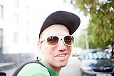 Dzianis Zhurauliou lebt für und auch von der Musik. Er fährt jeden Tag ins Zentrum von Minsk um dort in Unterführungen Blockflöte zu spielen. Seit der Geburt seiner Tochter vor eineinhalb Jahren sucht er auch vergebens einen regulären Job. Darum zählt auch er zu den Arbeitslosen, die demnächst zu Arbeiten gezwungen werden können oder eine Strafsteuerzahlen müssen.//<br />Dzianis Zhurauliou, musician, performs at the underground to earn money.