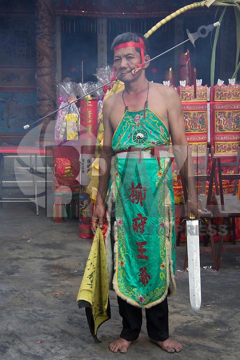 RIAU, INDONÉSIA, 18.02.2016: ANO-CHINÊS - Um tatung (segundo a crença local, pessoa possuída por espírito dos deuses ou antepassados) faz um ritual com objeto perfurante, em celebração pelo Ano Novo Chinês (Ano do Macaco), em Meranti, na província de Riau, na Indonésia. (Foto: Dedy Sutisna/Brazil Photo Press)